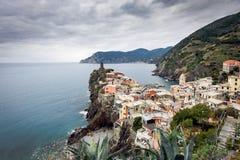 老中世纪城楼和老房子韦尔纳扎镇峭壁的五乡地国家公园的,意大利 库存照片