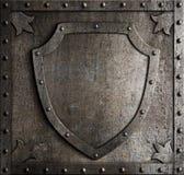 老中世纪徽章在装甲板的盾 库存照片