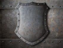 老中世纪徽章在装甲的盾 免版税库存照片