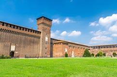 老中世纪斯福尔扎古堡帝堡城Sforzesco和塔,米兰,意大利 免版税库存照片