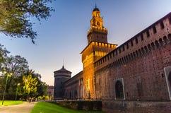老中世纪斯福尔扎古堡帝堡城Sforzesco和塔,米兰,意大利 免版税图库摄影