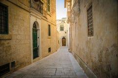 老中世纪狭窄的街道和大厦在Imdina,马耳他 库存照片