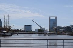 老中世纪船和河上的桥 图库摄影
