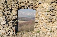 老中世纪被破坏的城堡窗口有风景视图 库存图片