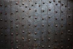 老中世纪金属门背景 免版税库存图片
