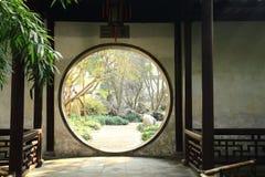 老中国古典花园大门和建筑学在liuyuan庭院秋天 库存照片