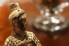 老中国战士微型雕象观看的星 库存照片
