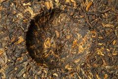 老中国红茶蜀国puerh或puer,传统亚洲饮料,宏指令,顶视图蛋糕  免版税图库摄影