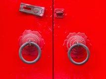 老中国门样式,朱红色的门 免版税库存照片