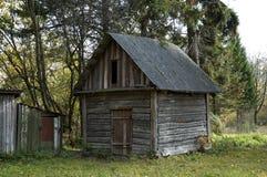 老之家在森林 免版税库存图片