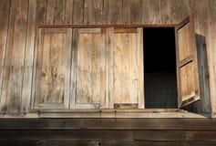 老之家木Windows在泰国 免版税库存图片