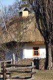 老乌克兰黏土小屋在村庄 免版税库存图片
