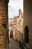 老乌尔比诺,意大利,在愚钝的日的都市风景 免版税库存图片
