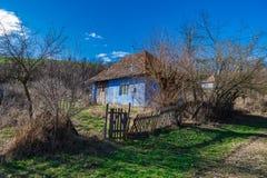 老乡下被放弃的房子蓝天 库存图片