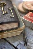 老事和一个皮革笔记本 免版税库存照片
