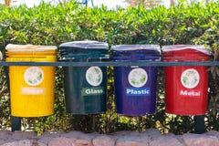 老五颜六色在公园回收站 垃圾的分类收集的缸 库存照片