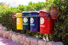 老五颜六色在公园回收站 垃圾的分类收集的缸 库存图片