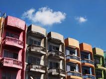 老五颜六色的公寓和蓝天背景 免版税库存照片