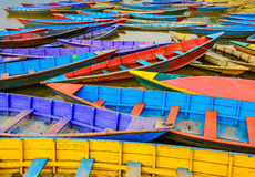 老五颜六色的帆船细节在湖 免版税图库摄影