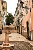 老五颜六色的房子和里斯本狭窄的街道  库存图片