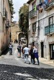 老五颜六色的房子和里斯本狭窄的街道  免版税库存照片