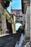 老五颜六色的房子和里斯本狭窄的街道  库存照片