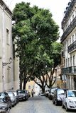 老五颜六色的房子和里斯本狭窄的街道  免版税库存图片