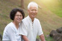 老亚洲夫妇室外画象 免版税库存图片
