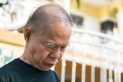 老亚裔人无毛头 在街道上的立场有拷贝空间的 免版税库存图片