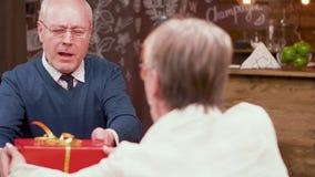 老人从他的妻子得到礼物在周年日期 股票视频