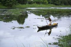 老人划艇在一个农村地方 免版税库存图片