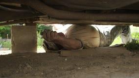 老人参与一辆老汽车的修理 股票录像