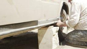 老人参与一辆老汽车的修理 影视素材