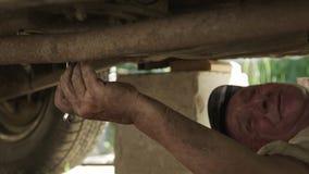 老人参与一辆老汽车的修理 股票视频