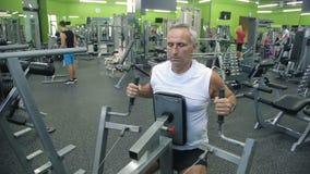 老人参与模拟器健身房 股票录像
