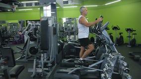 老人参与模拟器健身房 影视素材