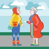 老人友谊  老女朋友 老妇人谈话在街道上 老妇人谈论退休 资深获得乐趣 老 库存例证