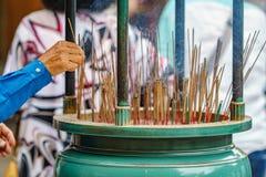 老人右手轻的香火为祈祷黏附在日本 免版税库存图片