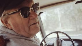 老人后面角度图送你好在照相机并且来自汽车 影视素材
