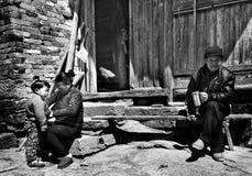 老人和孩子的村庄 免版税库存图片