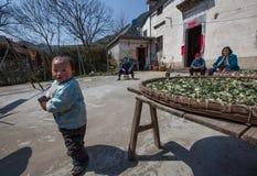 老人和孩子的村庄 库存图片