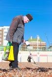 老人和金属探测器 图库摄影
