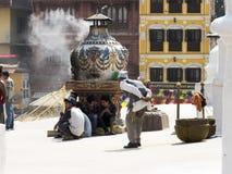 老人和青年时期在佛教寺庙 免版税库存图片