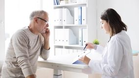 老人和医生会议在医院44 股票视频