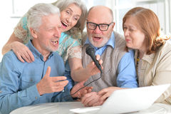 老人唱歌在桌上 免版税库存照片