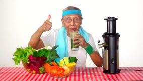 老人喝蔬菜汁 股票录像