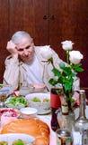 老人在假日宴餐以后是哀伤的 库存照片