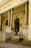 老人在哈瓦那旧城,古巴遛他的狗 库存图片