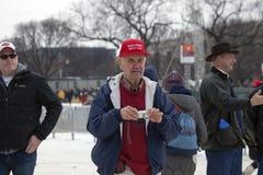 老人在唐纳德・川普的就职典礼时 库存照片