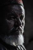 老人在塔吉克斯坦的树荫下 库存图片